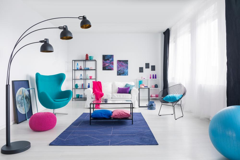 Regnbågefärgat färgrikt vardagsrum