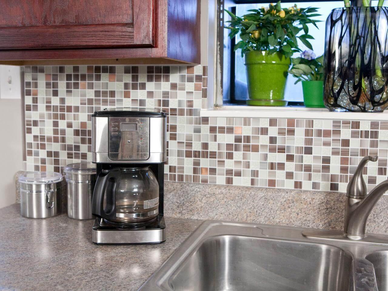 Självhäftande plattor som en modern backsplash i köket