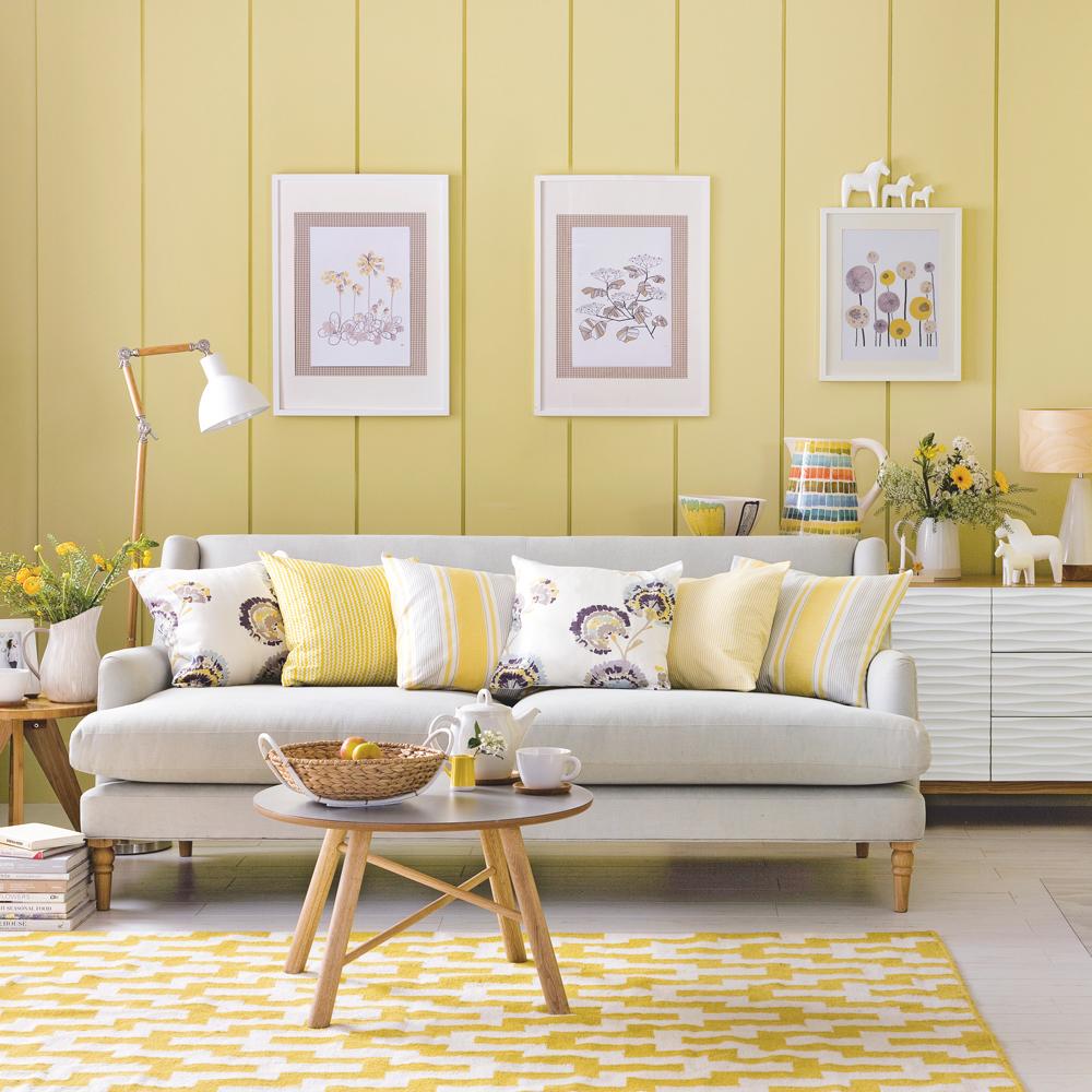 Mjukt gult vardagsrum