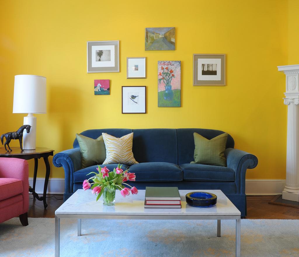 Trevligt gult vardagsrum