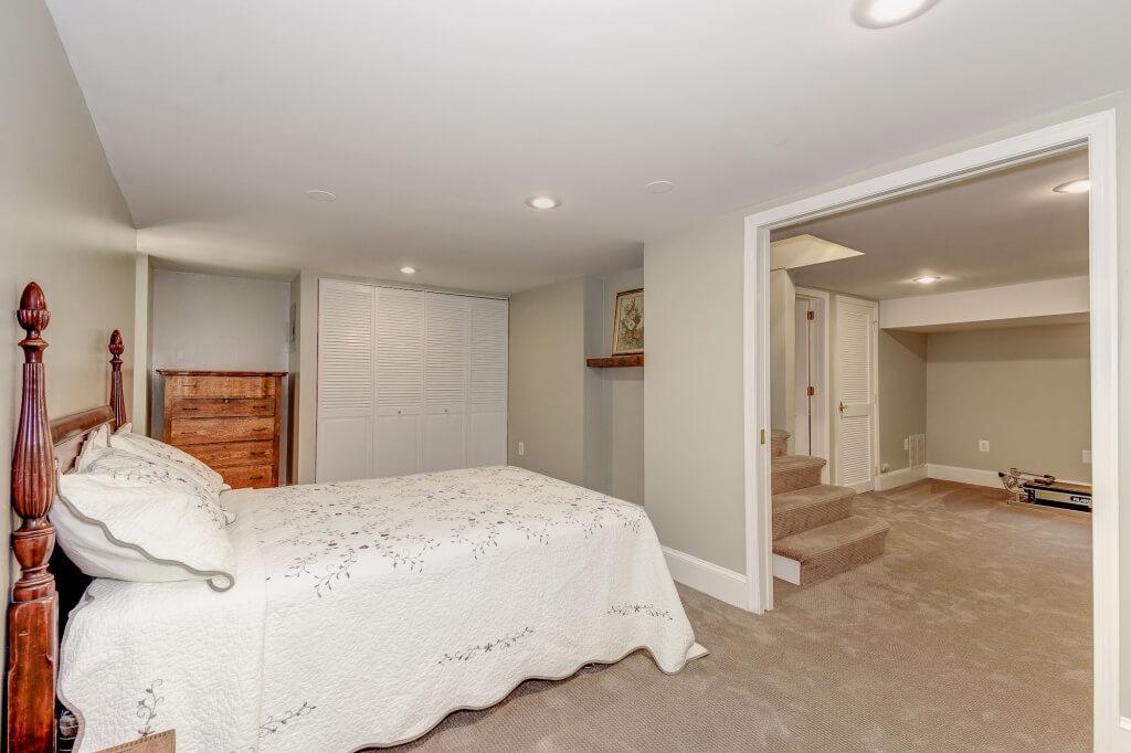 Enkelt vitt sovrum