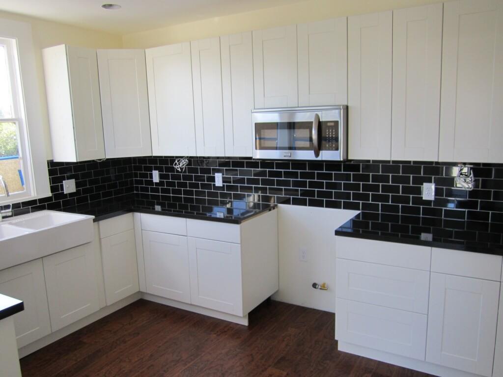 Enkel, svart backsplash i köket