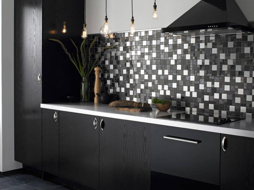 Svart och vitt mosaik kök backsplash