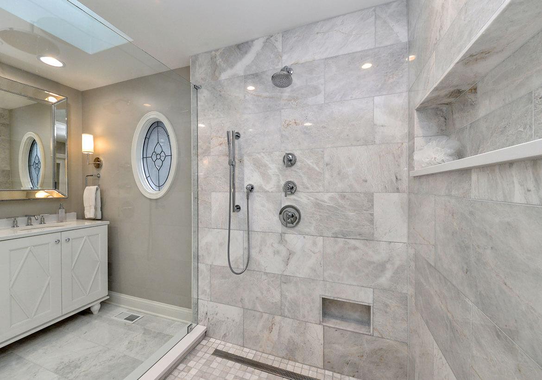 Imponerande badrum i marmor