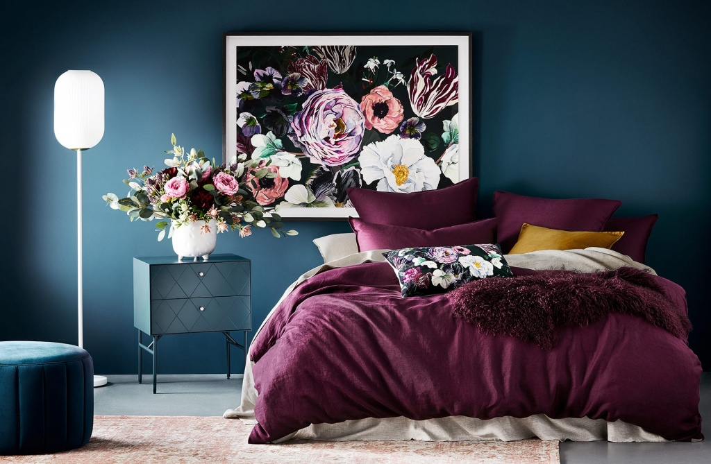 Blommigt mörkt sovrum