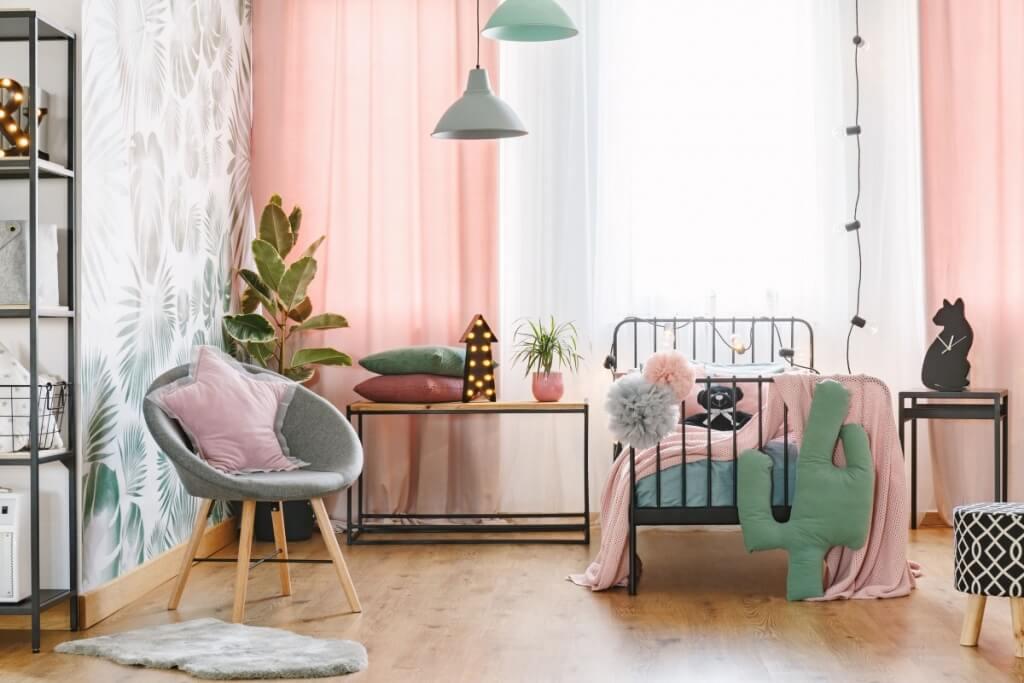 Attraktivt färgglatt sovrum