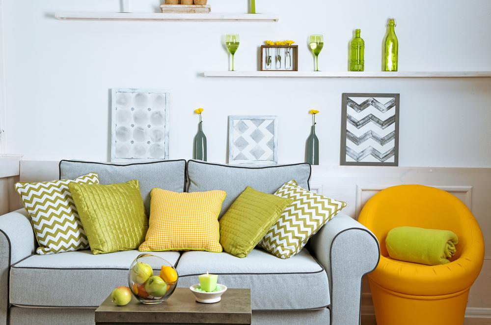 Färska grå och gula vardagsrumsidéer