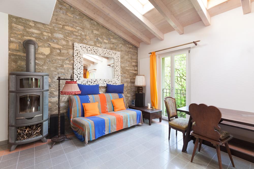 Traditionellt vardagsrum med en färgglad soffa