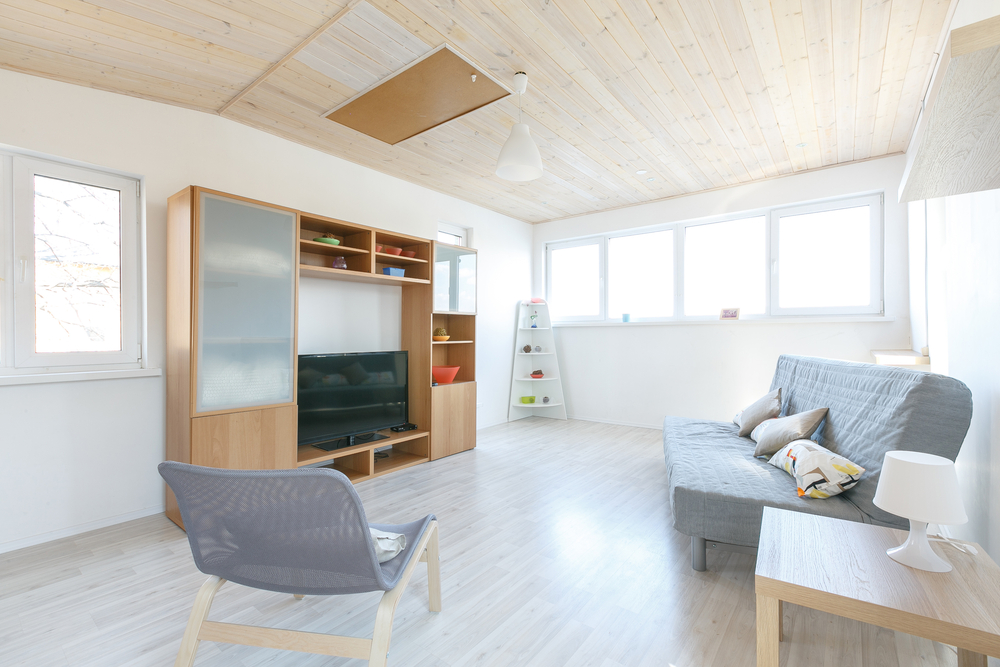 Minimalistiskt vardagsrum i källaren
