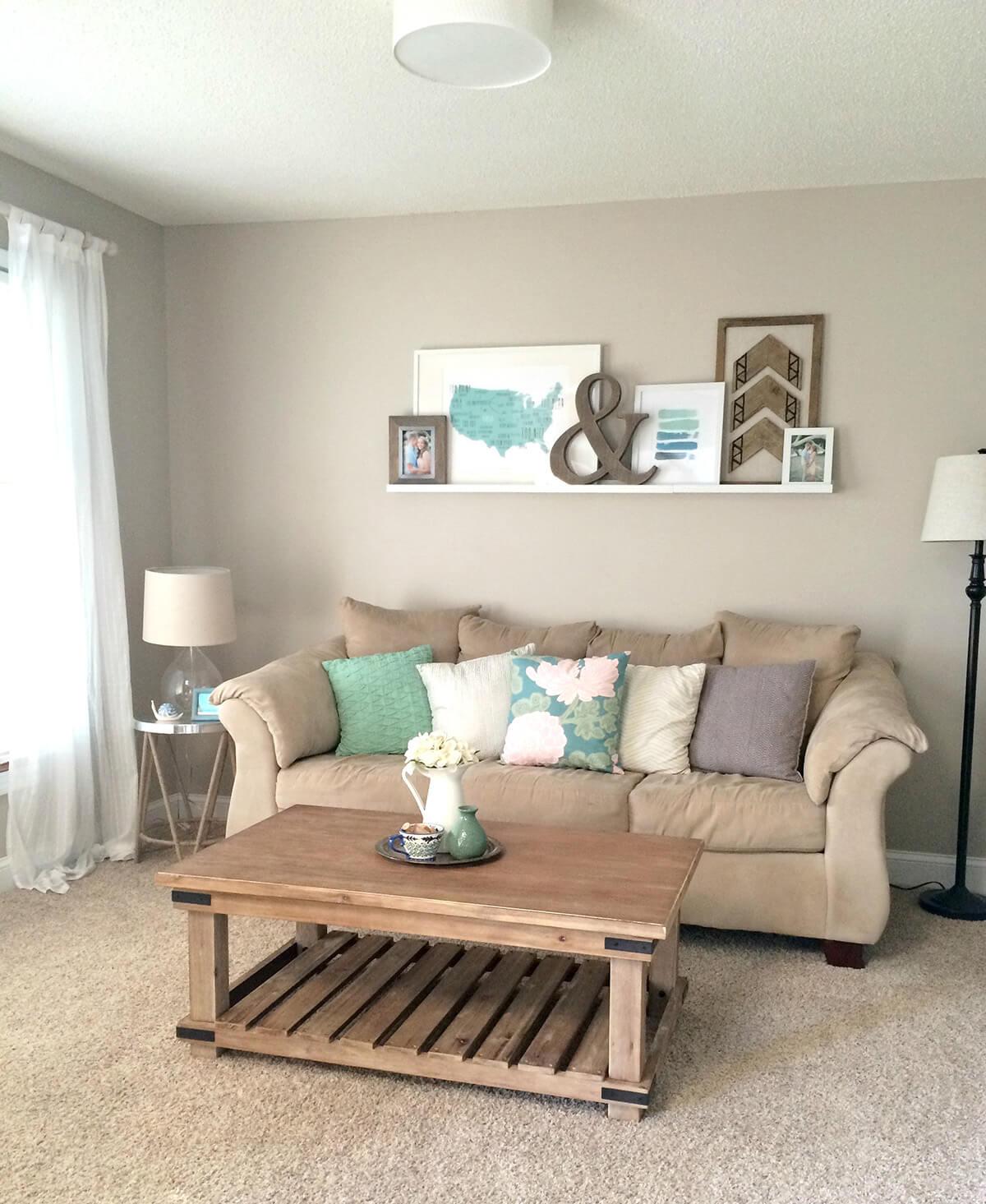 Beige litet vardagsrum.  Källa: Homebnc.com