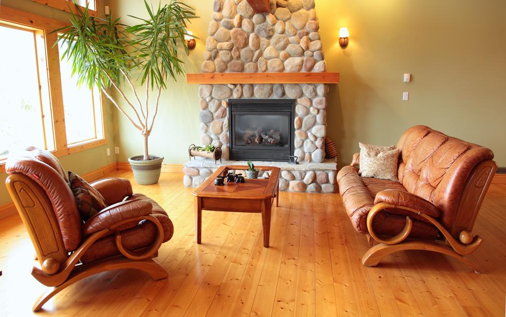 Naturligt vardagsrum med läderfåtölj