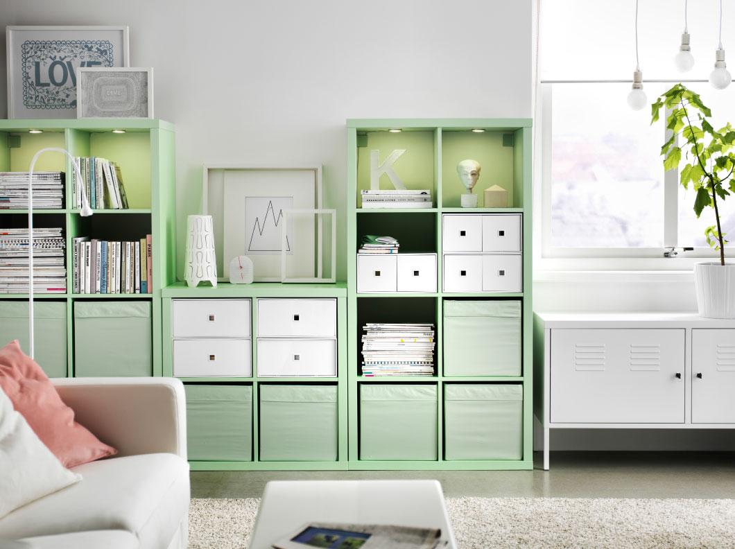 Vardagsrum med mintgrönt förvaringsutrymme.  Källa: homedit.com