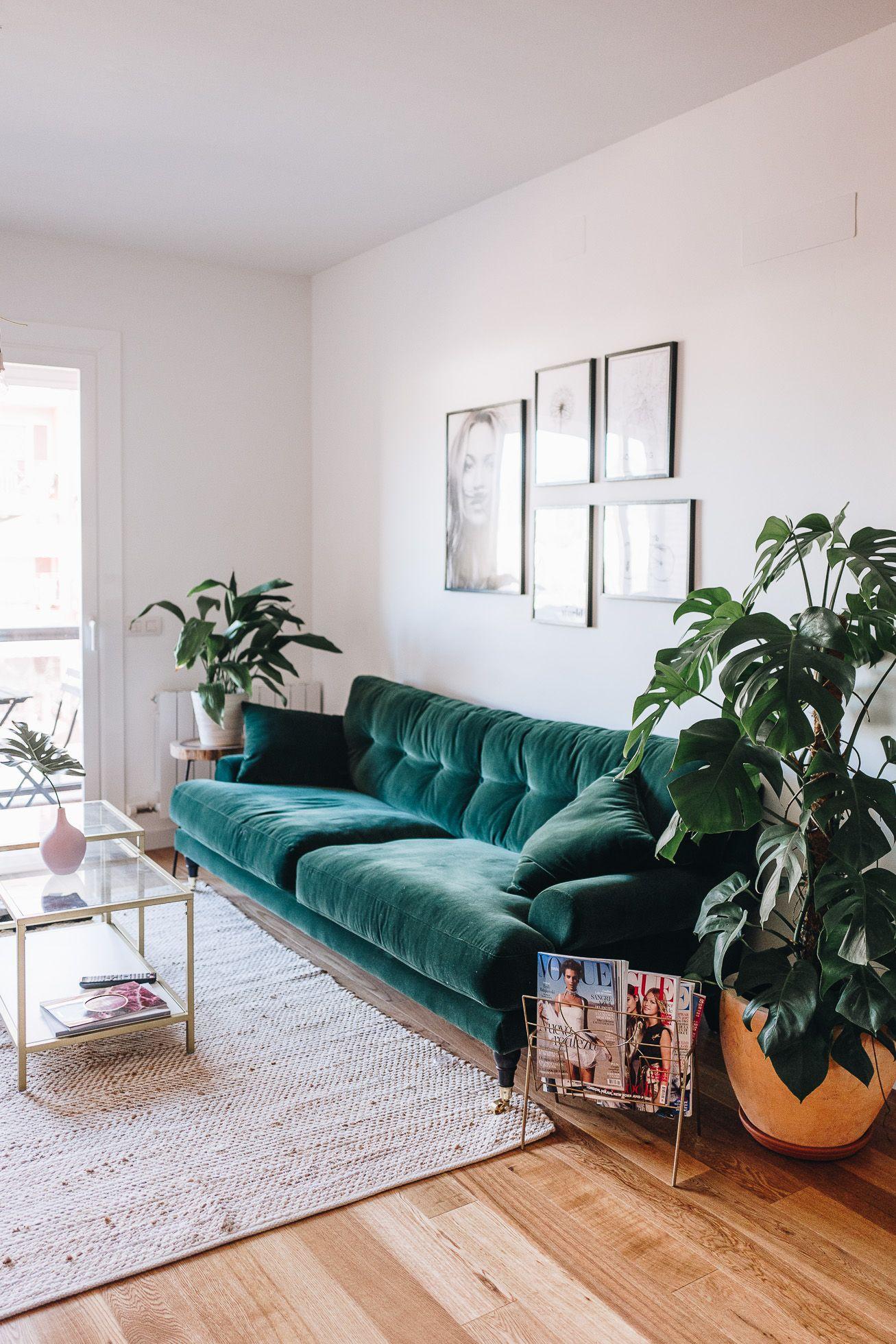 Vardagsrum med en grön soffa.  Källa: Pinterest
