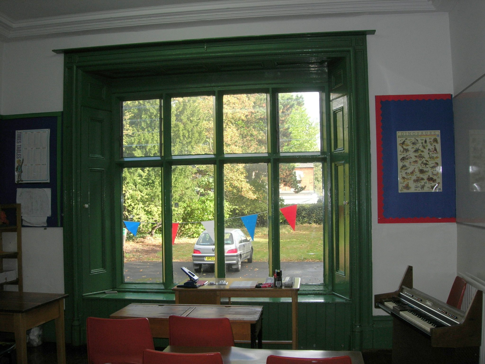 Vardagsrum med grönt fönster.  Källa: acocksgreenfocusgroup.org.uk