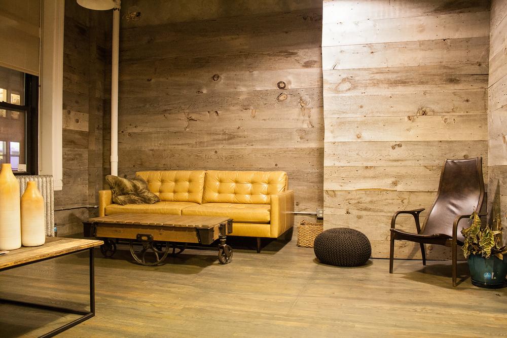 Brunt vardagsrum med trä