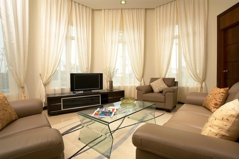Brunaktiga gardiner i vardagsrummet