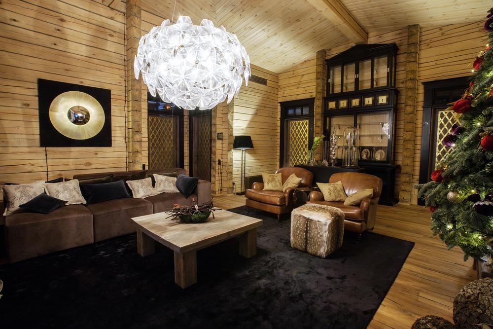 Brunt vardagsrum med lyxiga möbler