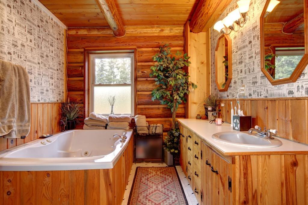 Underbart jordfärgat badrum