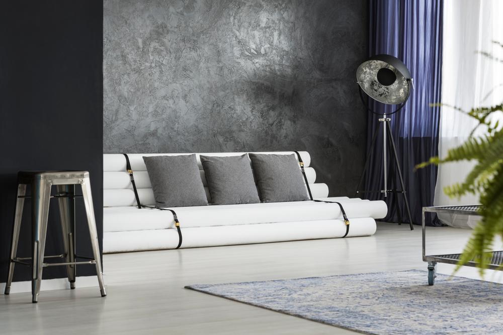 Industriellt vardagsrum med soffa för rörledning