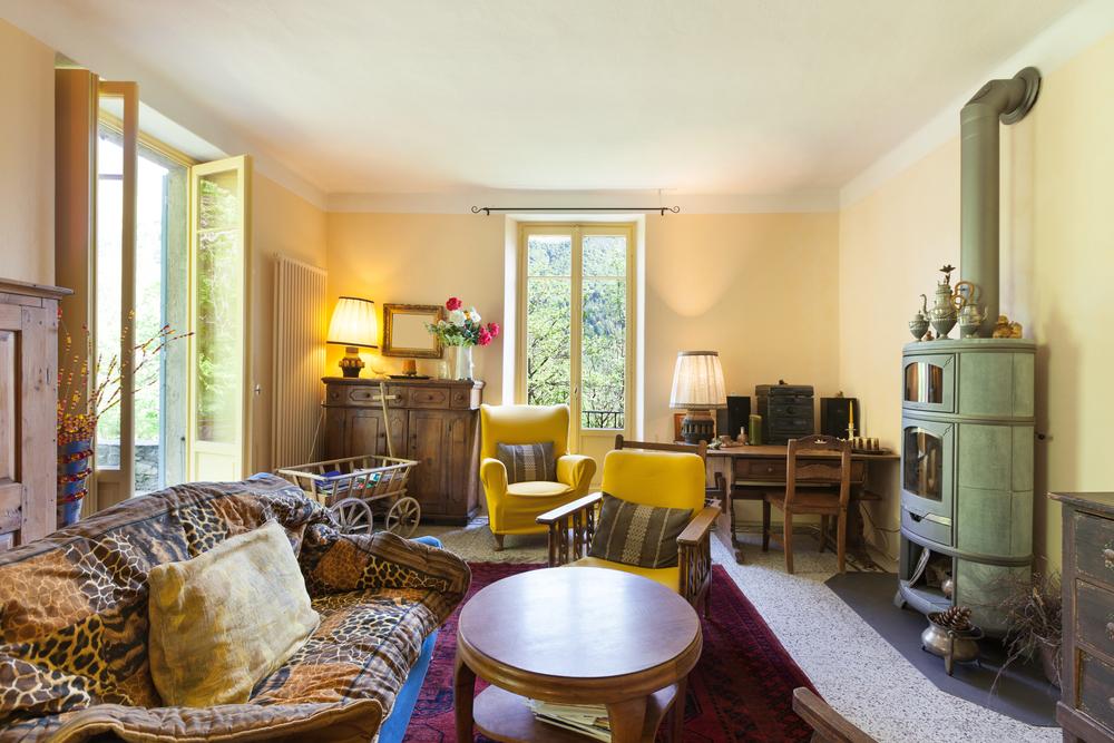 Tappningvardagsrum med gamla möbler