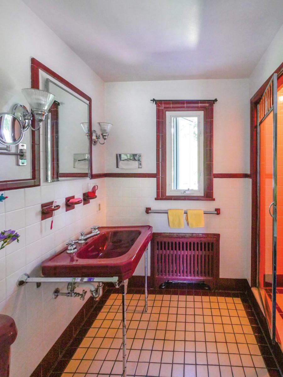 Vintage burgundy badrum