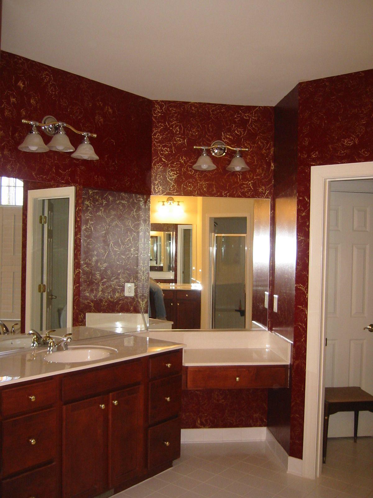 Fantastiskt burgundiskt badrum