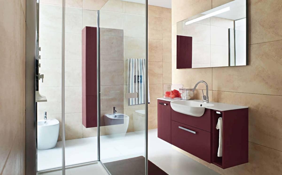 Minimalistiskt vinrött färgat badrum