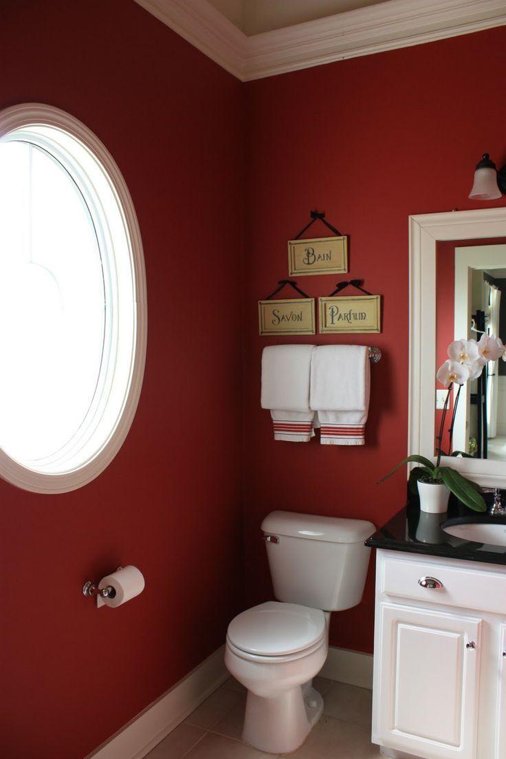 Trevligt vinrött badrum