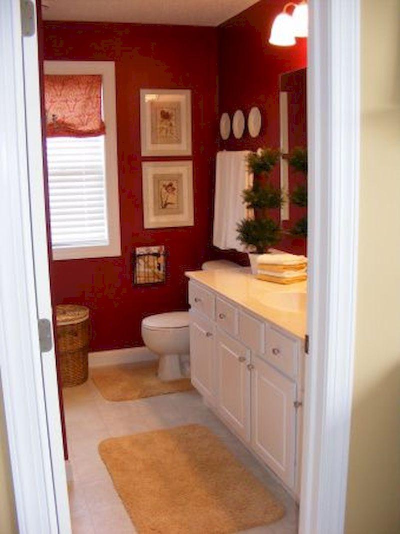 Attraktivt vinrött färgat badrum