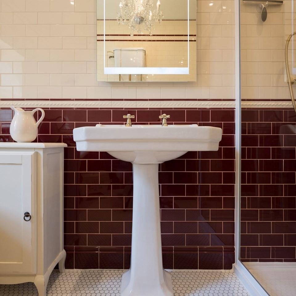 Retro burgundy badrum