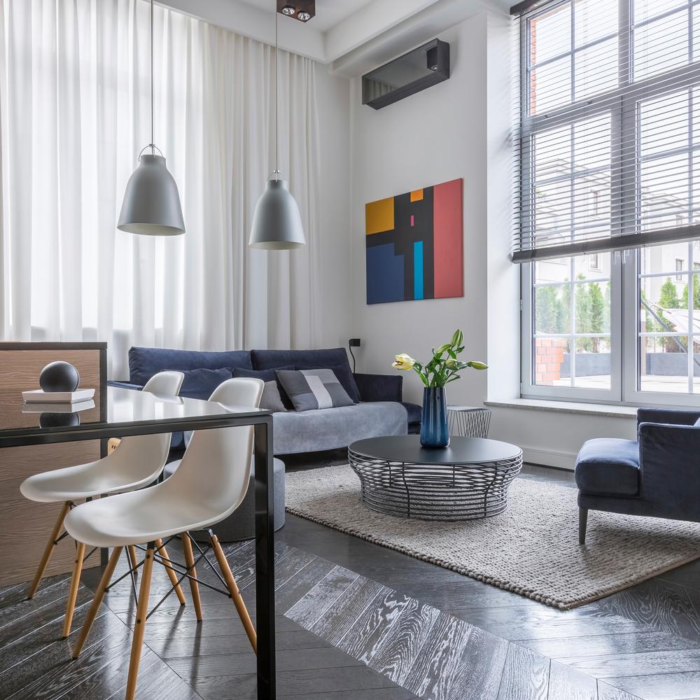 Ljusgrått och blått litet vardagsrum