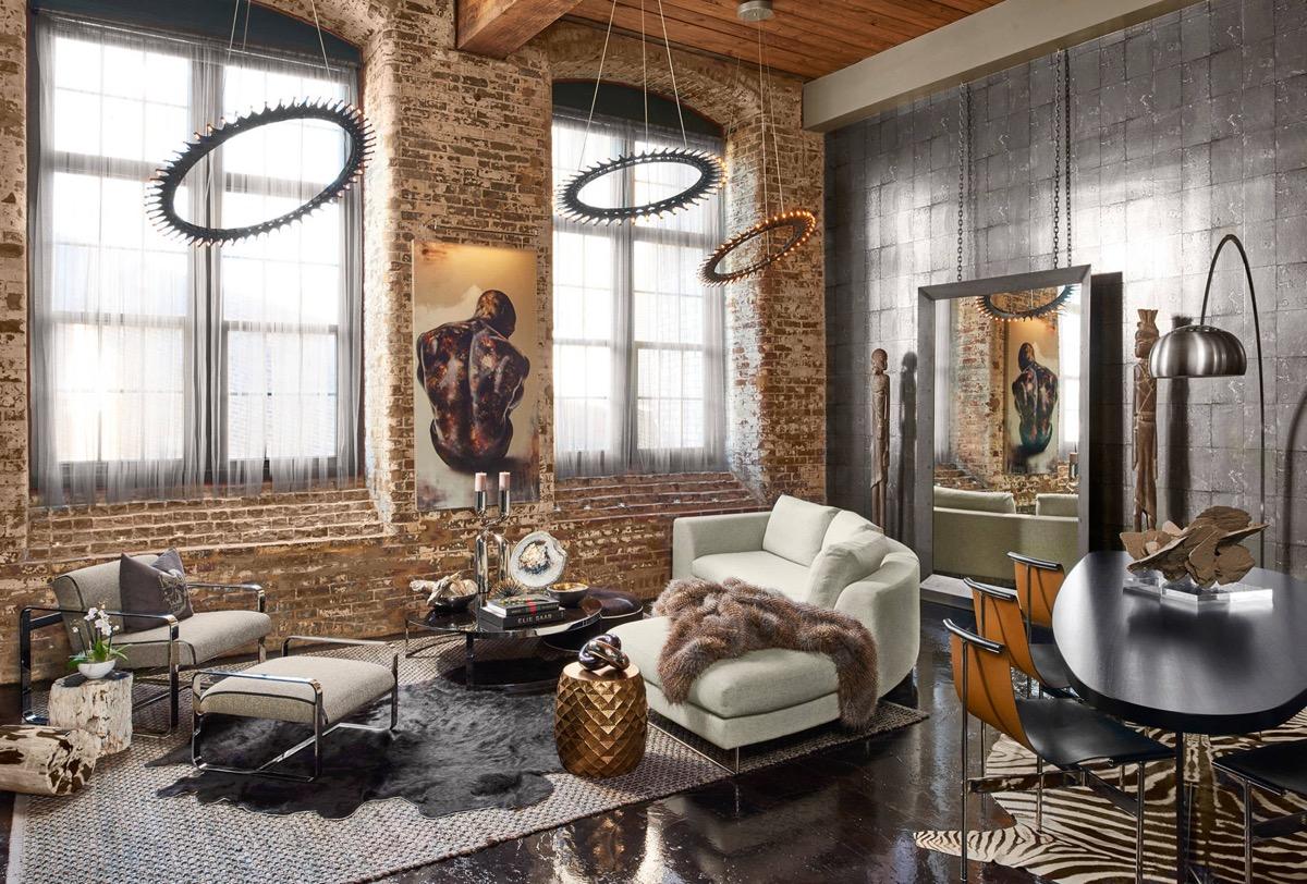 Hängande spegel i det konstnärliga vardagsrummet