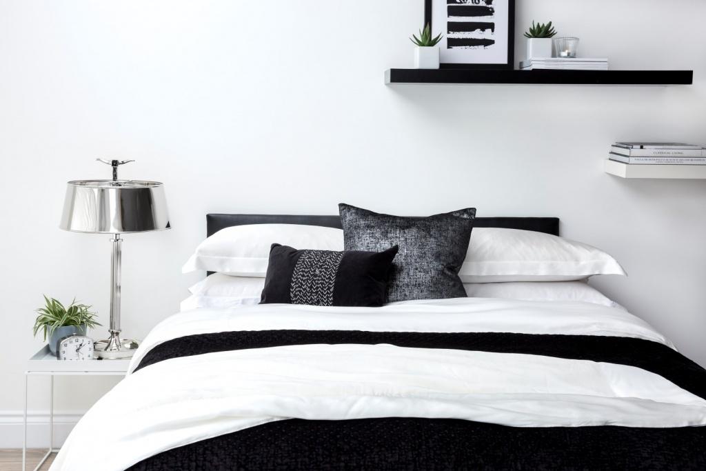 Trevligt svart sovrum