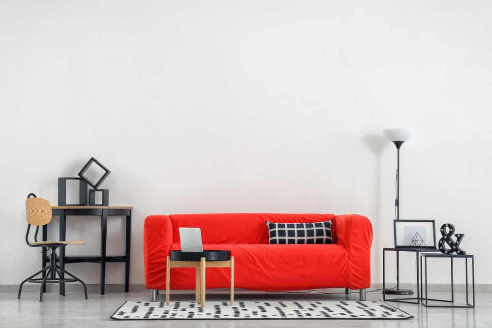 Fräsch, röd soffa i mini-vardagsrummet