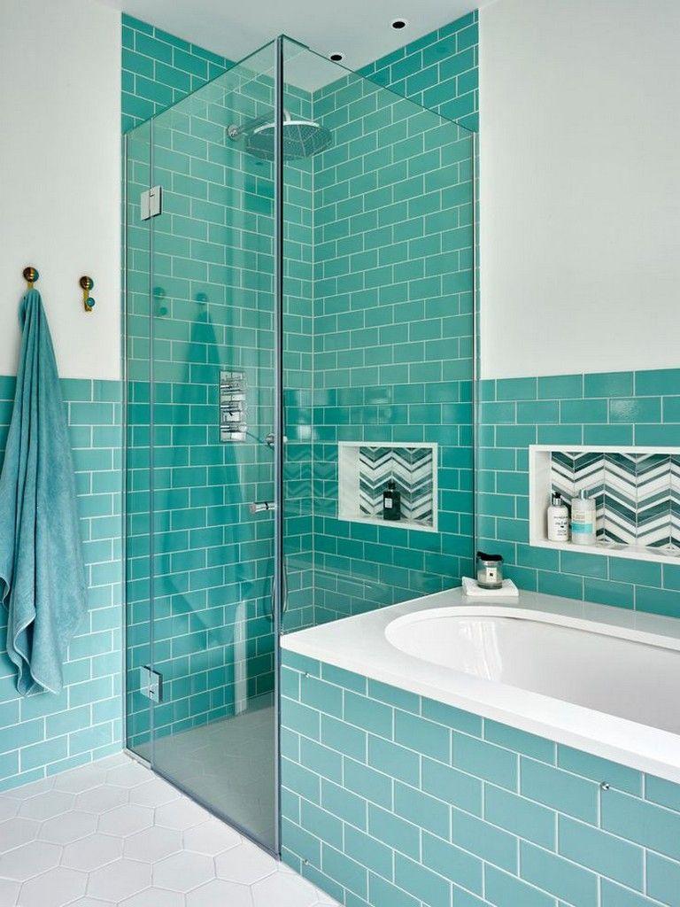 Elegant blått och vitt badrum