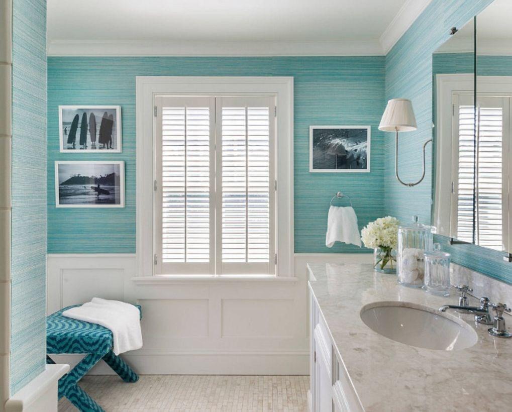 Trevligt blått och vitt badrum