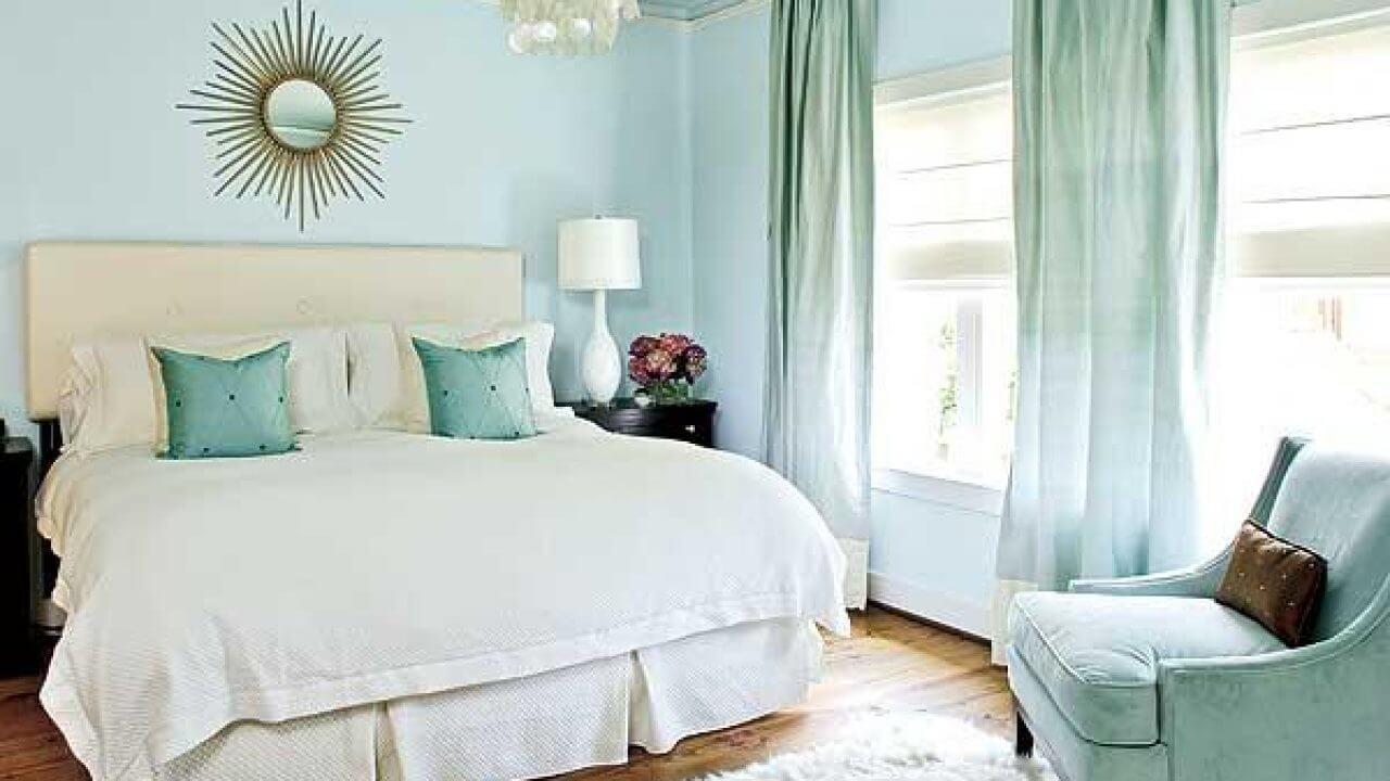 Enkel, färgad sovrumsridå