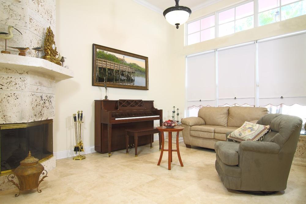 Beige plattor i det lantinspirerade vardagsrummet