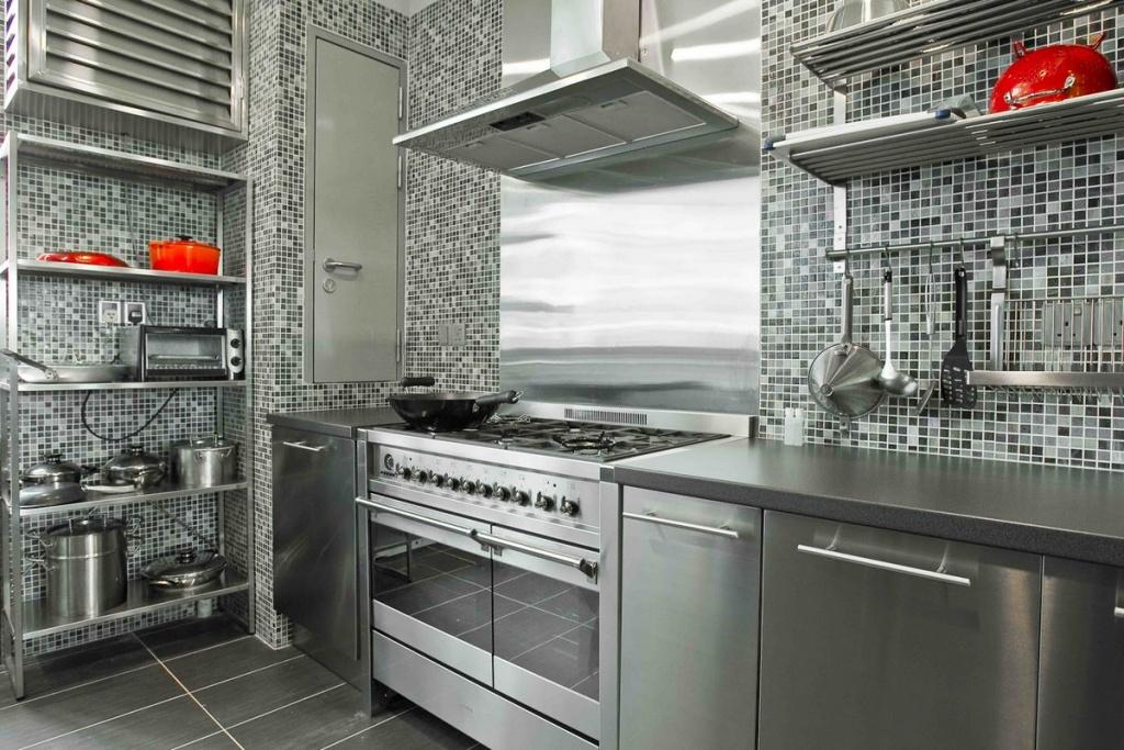 Metalliskt modernt kök