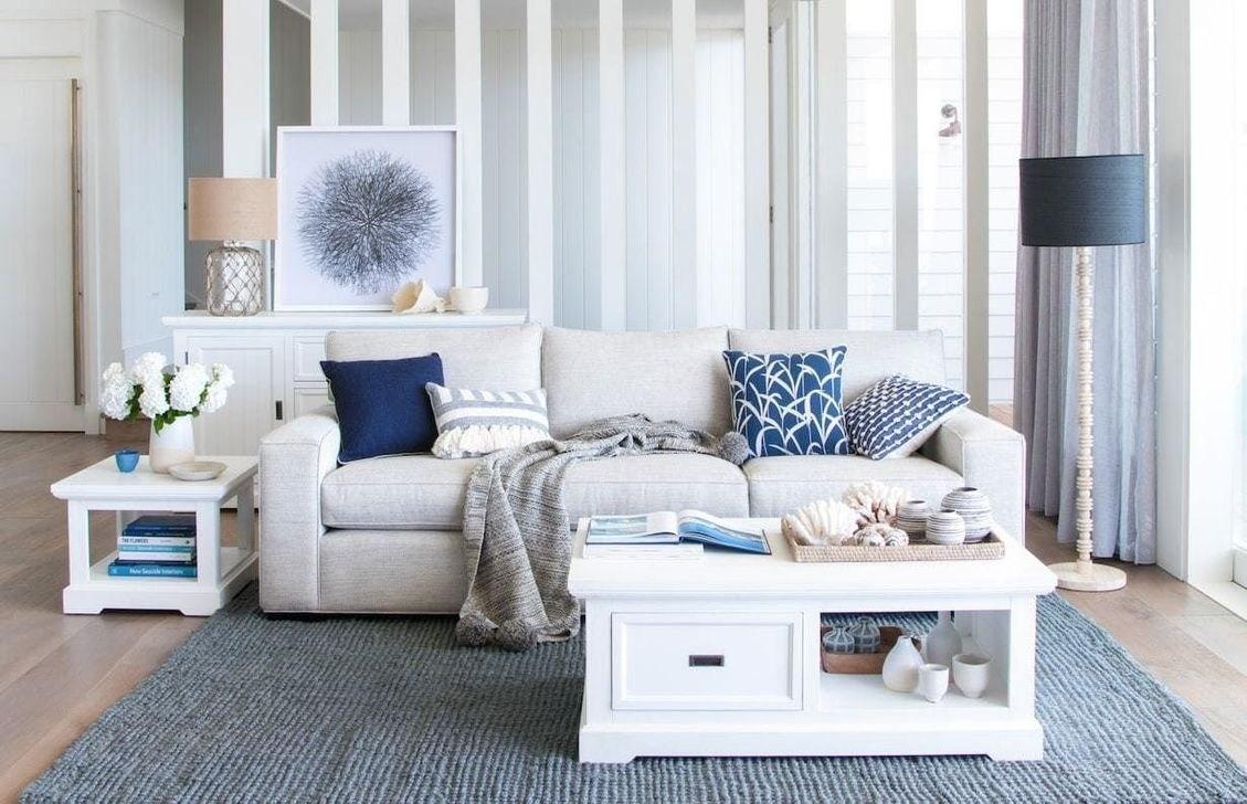 Strandinspirerat grått och blått vardagsrum