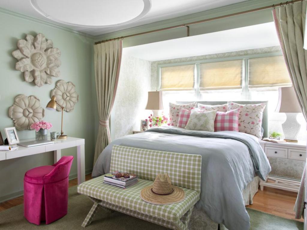 Lugnande färgglatt sovrum