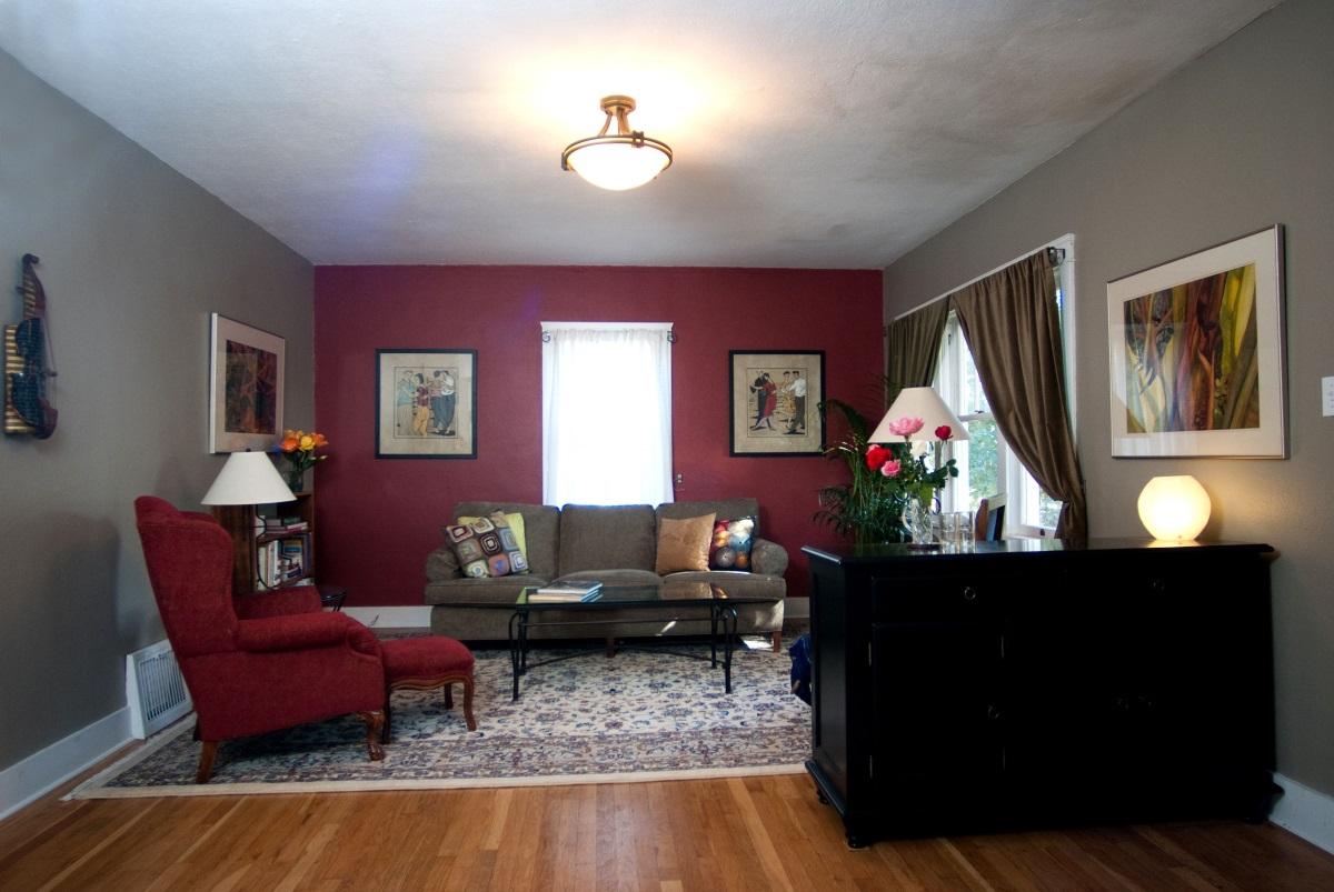 Konventionell röd och grå bostadsyta