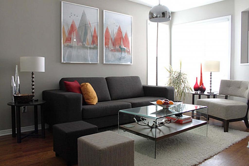 Trevligt rött och grått vardagsrum
