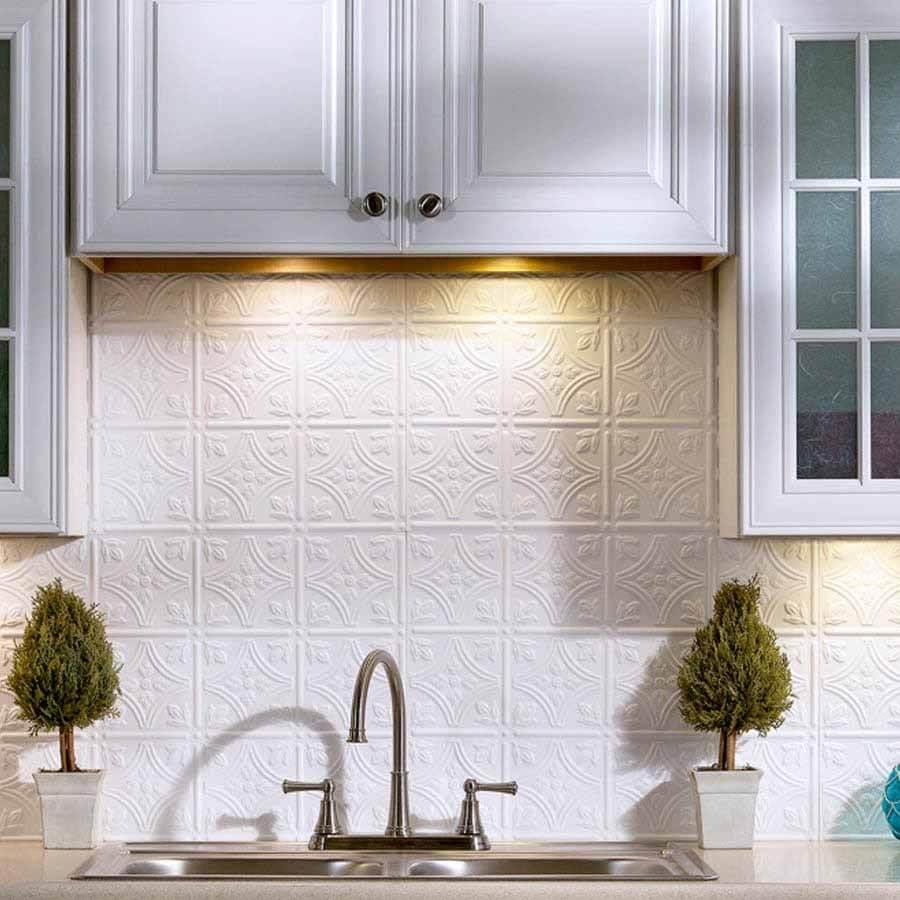 Kök backsplash med en vackert designad panel