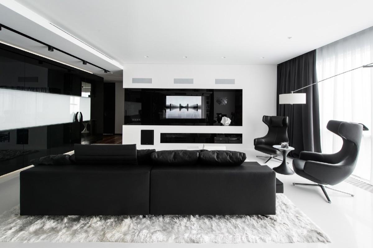 Snyggt svartvitt vardagsrum