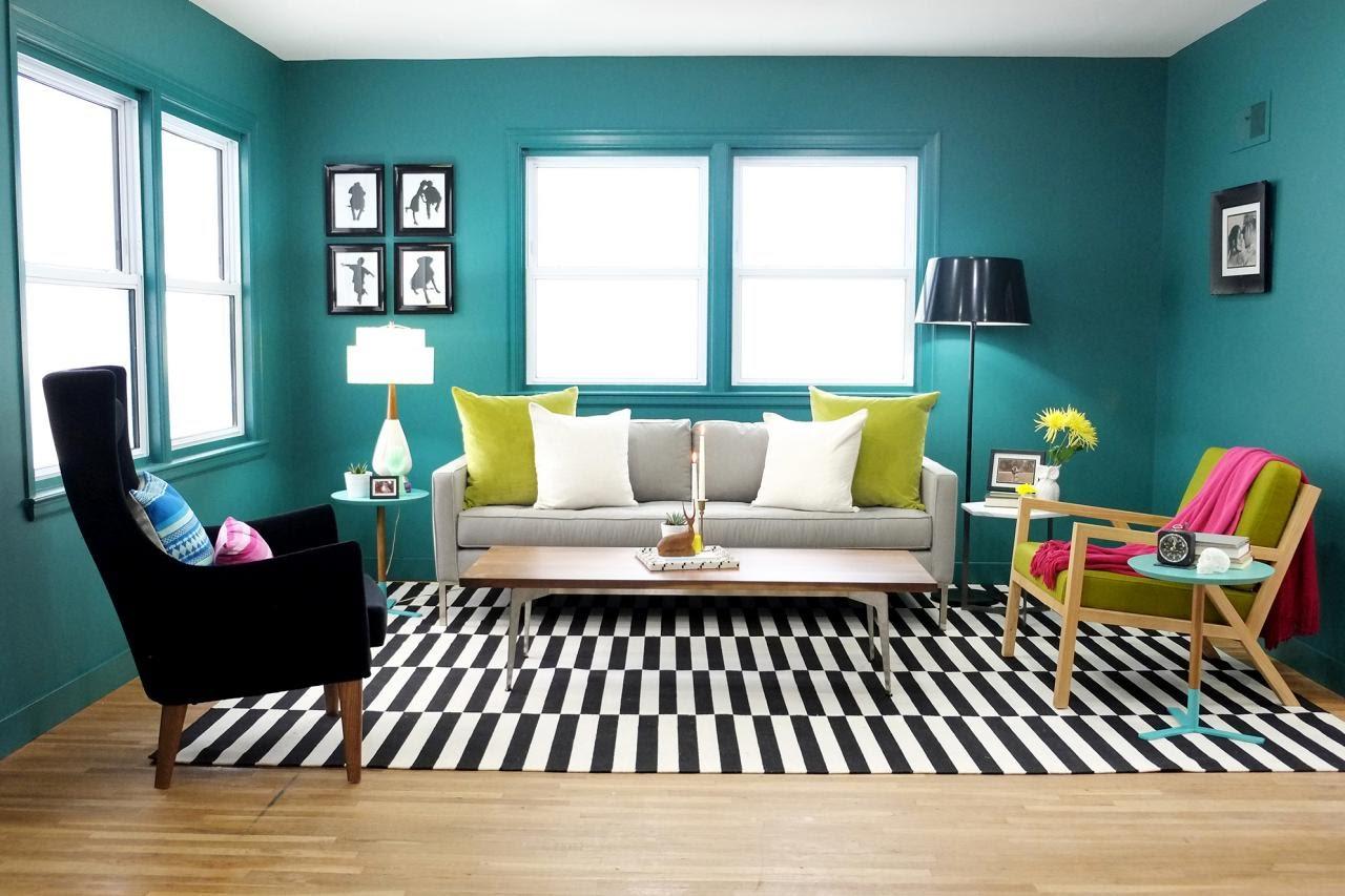 Snygg skrivbordslampa bredvid en mjuk soffa