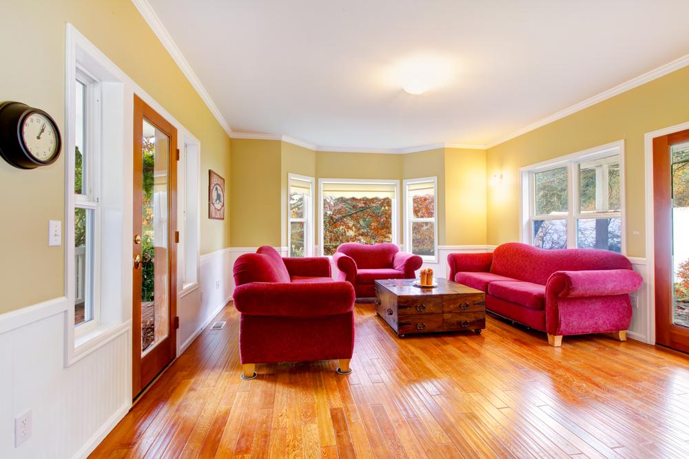 Glansigt rött och brunt vardagsrum
