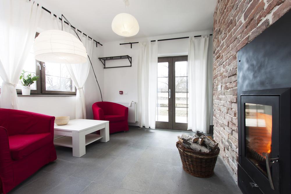 Traditionellt vardagsrum med taklampa