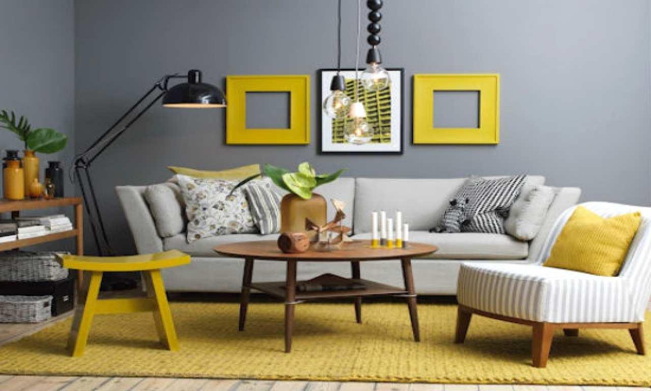 Trevligt grått och gult vardagsrum