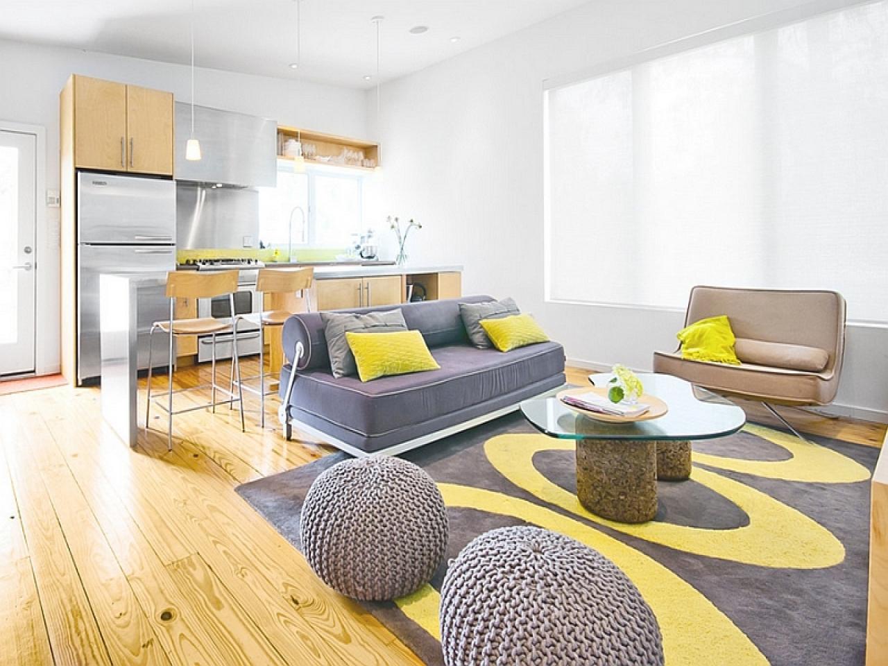 Mysigt grått och gult vardagsrum
